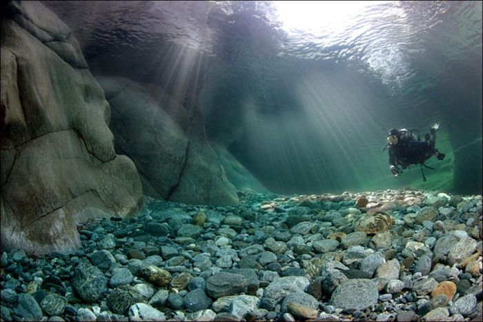 incredibly-clear-waters-of-verzasca-river-2